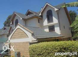 Lovely 5 bedrooms townhouse with Dsq