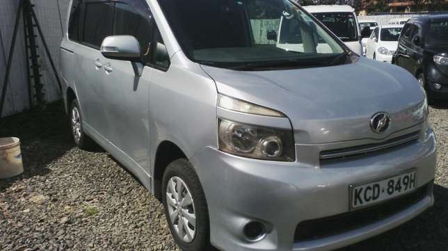 In perfect condition, Toyota Voxy, year 2008. Hurlingham - image 3