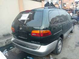 Tokunbo Toyota Sienna green color for sale