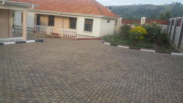 Quick sale,English house Mbarara - image 5
