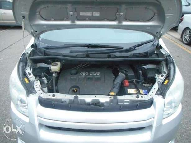 Toyota Noah Si Year 2010 Model Automatic 7 Seater Valvematic Silver Nairobi West - image 3