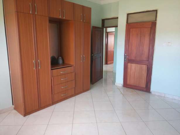 Beautiful 2 bedroom to rent Bukasa. 1.1m ugx Kampala - image 3
