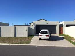 Cushy Parklands house with room to-let