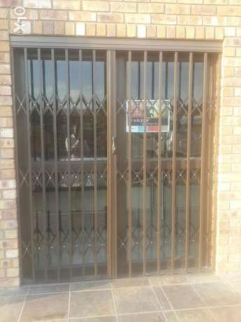 Aluminium doors and windows. Retractable security doors and barriers Secunda - image 2