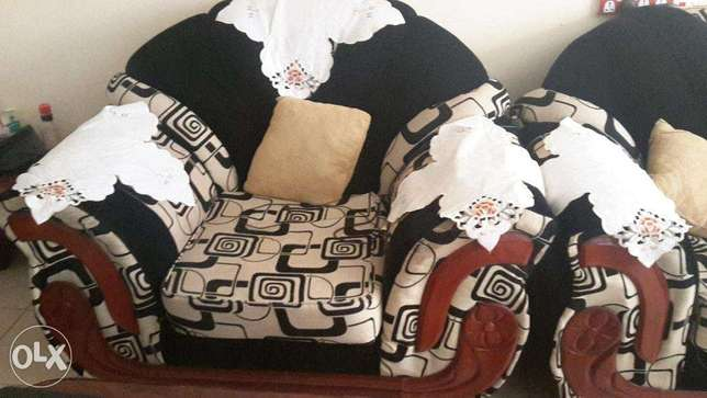 7 seater sofa set in very good condition.with mix velvet material. Ruaka - image 6