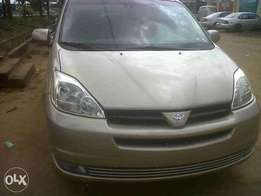 Tokunbo Toyota Sienna 2005 model XLE 2 power doors leather for 2.7m