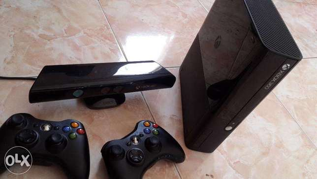urgently selling xbox 360 4 gb,kinect sensor,2 controllers,3 cds