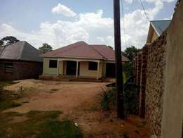 Spacious 3 bedroom crib in for sale in Nsasa at 150m