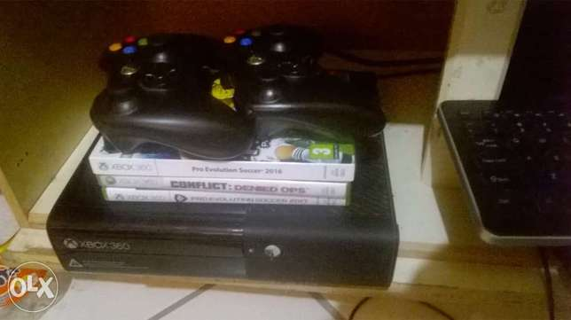 SELLING XBOX360 with 3 Games and 2 controllers Pretoria North - image 1