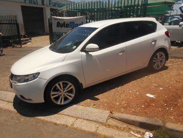 Kia Cerato 2.0, 2011 model, White in color for sale Johannesburg - image 1