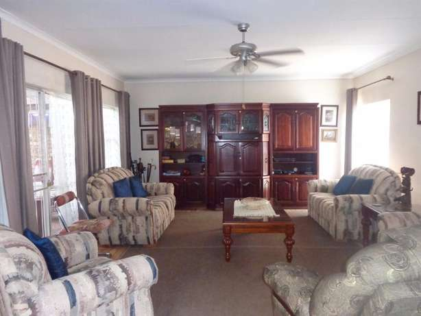 Spacious three bedroom townhouse up for sale Sinoville - image 4