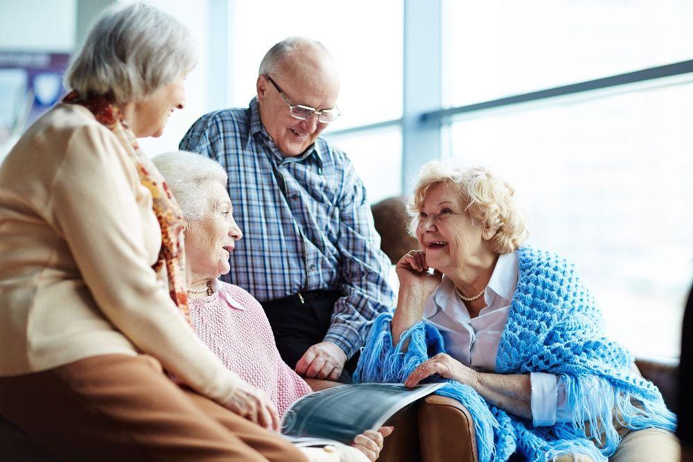 Сиделка на дому для пожилых людей общение с одинокими людьми в домах престарелых