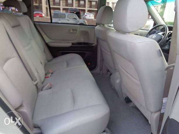 Super clean 06 toyota highlander 7 seater , 3rd row. tincan cleared. Lagos Mainland - image 6