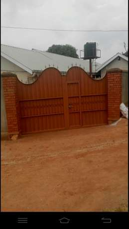Single room and 2bedrooms house in afence Kampala - image 1