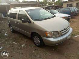 Toyota Sienna 2000 model for sale