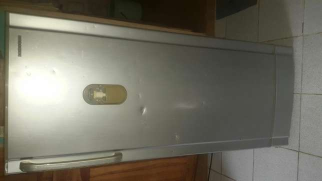 Original Samsung fridge with water dispenser attached to it Ojo - image 2