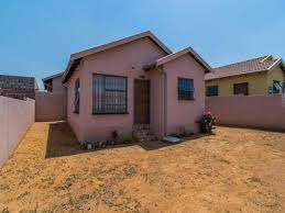 2 bedroom house available to rent in fleurhof R3,350