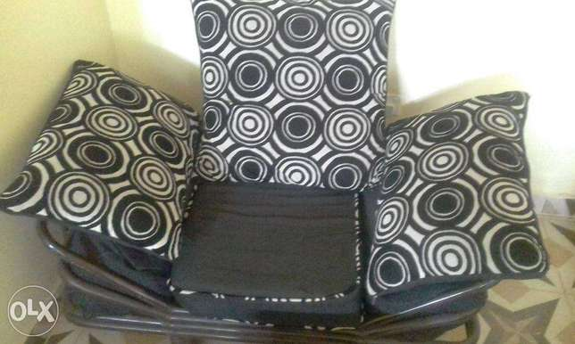 Black checked Sofa sets in great shape Lower Kabete - image 2