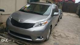 Full option 2011 Toyota Sienna thumbstart