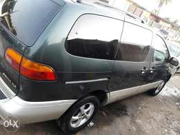Rearly used 2000 model toyota sienna xle with power door n dvd.