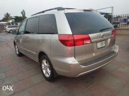 05 sienna XLE Limited Edition reverse camera with power door and DVD