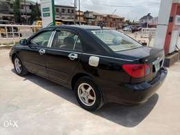 A clean and neatly used 2004 Toyota corolla, fabrics, ac chilling, v4.