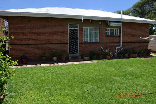 3 bedroom house with granny flat in West-end West End - image 2