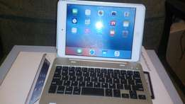 Immaculate iPad Mini 16GB with keyboard case