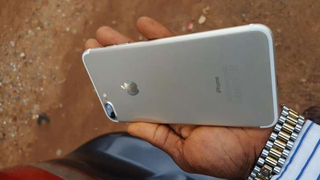 32gb mint factory unlocked gold iPhone 7plus for a low price Ibadan Central - image 4