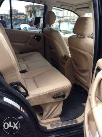 Tokunbo Mercedes Benz ML350 leather interior with 3 row sit Apapa - image 6