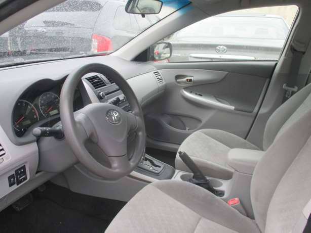 Very Clean Toyota Corolla 010, Silver, Tokunbo Lagos Mainland - image 3