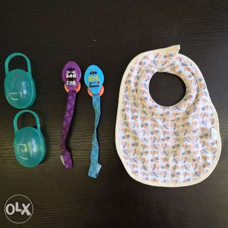 New Tommy Tippee bib & 2 pacifier holders + 2 pacifier cases