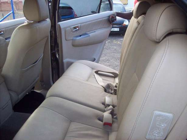 Toyota fortuner 4x4 Model,5 Doors factory A/C And C/D Player Johannesburg CBD - image 5