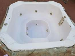 jacuzzi for sale still working well 8 seater