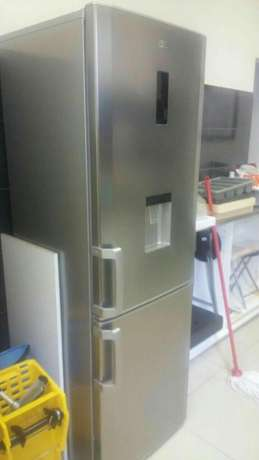 Looking for fridge Samsung or LG brand Hlalanikahle - image 2