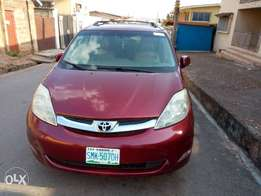 A Toyota sienna 2006 is up for sale