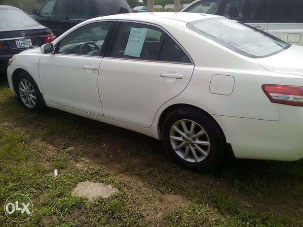 super clean toyota camry that will pass for a belgium Central Business District - image 4