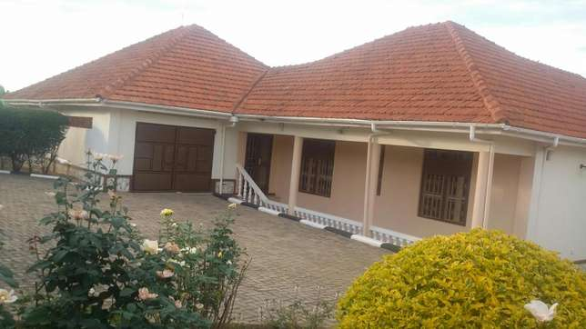 Quick sale,English house Mbarara - image 4