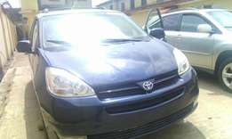 A clean tokunbo toyota sienna for sale, 2005 XLE.