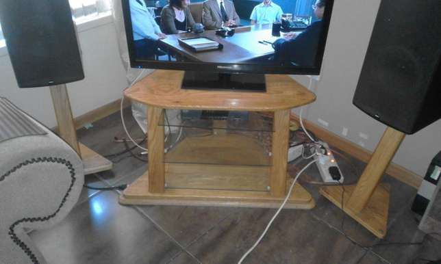 TV Stand with 2 speaker stands for sale Risiville - image 2