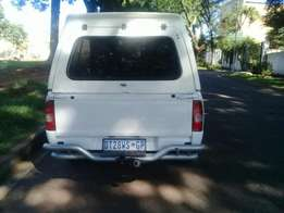 Selling this bakkie stl fresh and moving fine