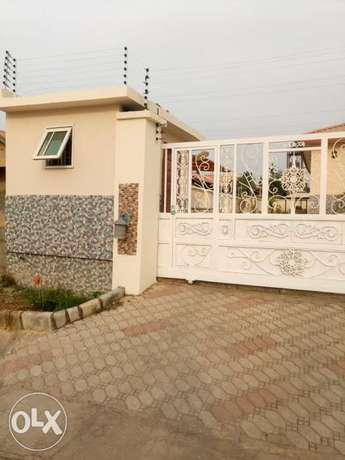 Lovely 3 bedrooms bungalow with one bedroom Bq. To let Abuja - image 2
