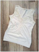 d817ee109aa0 B.Young - biała bluzka bez rękawów. Zdobiona koronką i kamieniami. S
