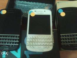 Clean BlackBerry Q10 with Charger