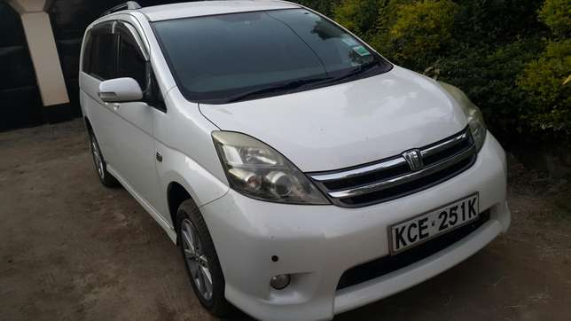Clean Toyota isis up for sale Ridgeways - image 2