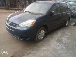 Tokunbo Toyota Sienna LE 2006 model with power doors