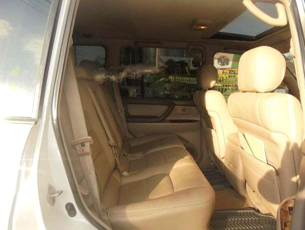 land cruiser V8 petrol with sunroof and an extreemly neat interior. Karen - image 7