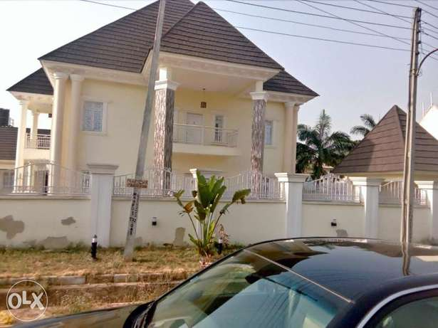 A luxurious 5 bedroom duplex and bungalow for sale. Gwarinpa Estate - image 1