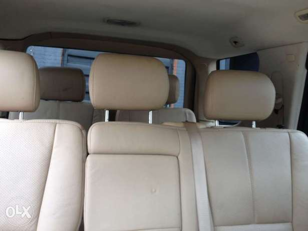 Tokunbo Mercedes Benz ML350 leather interior with 3 row sit Apapa - image 7