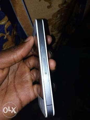 IPhone 4s, in good condition with it's charger cable Nairobi South - image 2